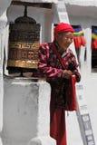 Gebet-Rad und Dame bei Bodnath Stockfotografie