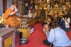 2018-01-14 Gebet am Tempel Wat Phra That Doi Suthep, Chiang stockfotografie