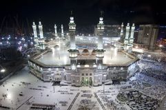 Gebet und Tawaf von Moslems um AlKaaba im Mekka, Saudi Arabi lizenzfreie stockbilder