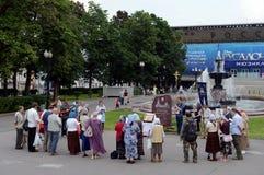 Gebet von orthodoxen Gläubigern nahe einem denkwürdigen Stein zu Ehren des leidenschaftlichen Erstklosters auf Pushkin-Quadrat in Lizenzfreie Stockfotos