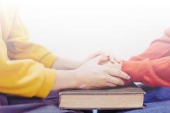 Gebet zusammen auf heiliger Bibel stockfotos