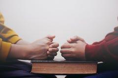 Gebet zusammen und Händchenhalten lizenzfreies stockfoto