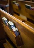 Gebetbücher in einer Kirche Stockfotografie