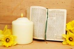 Gebetbuch und -kerze Stockfotos