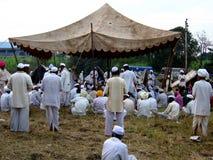 Gebete in Alandi stockfoto