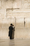 Gebete nähern sich Jerusalem-Wand Stockfotografie