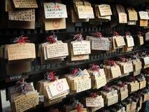 Gebete nahe einem japanischen Schrein Stockbild
