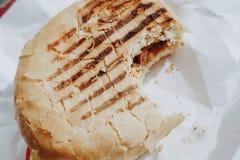 Gebeten hamburger met kip op witte achtergrond royalty-vrije stock fotografie