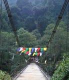 Gebetmarkierungsfahnen über einer Brücke, Nordostindien Lizenzfreie Stockbilder