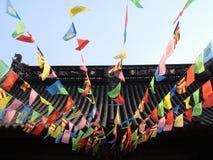 Gebetmarkierungsfahnen auf chinesischem Tempel Stockbild