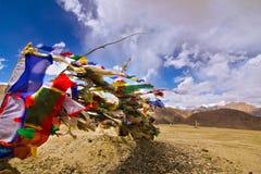 Gebetmarkierungsfahnen auf Himalaja und Hintergrund des blauen Himmels Stockbild