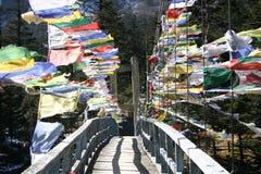 Gebetmarkierungsfahnen über einer Brücke Stockfotos