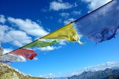 Gebetmarkierungsfahnen, die im Wind durchbrennen Lizenzfreies Stockfoto