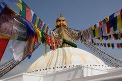 Gebetmarkierungsfahnen an einem buddhistischen Tempel Stockfotos