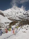 Gebetmarkierungsfahnen im Himalaja Stockbild
