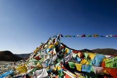 Gebetmarkierungsfahnen in Tibet Lizenzfreies Stockfoto