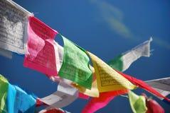 Gebetmarkierungsfahnen in Tibet Lizenzfreie Stockfotografie