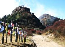 Gebetmarkierungsfahnen vom Pfad bis zum Hügel, Nordostindien Lizenzfreies Stockfoto