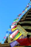 Gebetmarkierungsfahnennetzkabel in Boudhanath Stupa Lizenzfreie Stockbilder