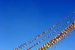 Gebetmarkierungsfahnennetzkabel unter blauem Himmel Lizenzfreie Stockbilder