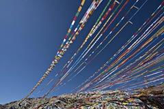 Gebets-Flaggen, die in den Wind wellenartig bewegen Stockfotografie