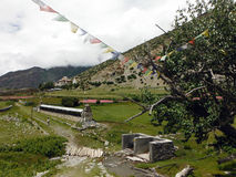 Gebets-Flaggen und Räder nahe einer kleinen Himalajastadt Lizenzfreie Stockfotos