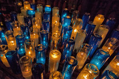 Gebets-Kerzen in Roman Catholic Church Lizenzfreie Stockfotografie