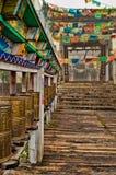 Gebets-Räder vor buddhistischem Tempel Lizenzfreie Stockfotografie