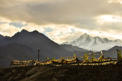 Gebetsflagge auf dem Berg Lizenzfreie Stockfotografie