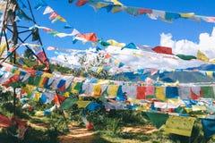 Gebetsflagge in Shangrila, Yunnan, mit blauem Himmel und Wolke lizenzfreies stockbild