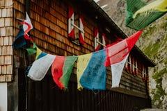 Gebetsflaggen an der Gebirgshütte Innsbrucker Hutte Stockbilder