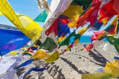 Gebetsflaggen am Pangong See Unschärfe auf foregroud Stockfoto