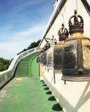 Gebetsglocken entlang Bahn und Treppenhaus Stockbilder