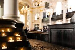 Gebetskerzen in der Kirche Lizenzfreies Stockbild
