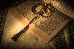 Gebetsperlen auf Koranheiliger schrift von Moslems stockfotos