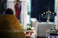 Gebetspriester vor Geständnis Stockfotos