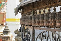 Gebetsräder bei Stupa in Kathmandu in Nepal stockfotos