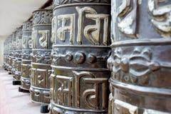 Gebetsräder nahe Swayambhunath-Tempel, Kathmandu, Nepal Lizenzfreie Stockfotos