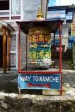 Gebetsrad mit Zeichen zu Namche-Basar in Phakding, Wanderung niedrigen Lagers Everest, Nepal stockfotos