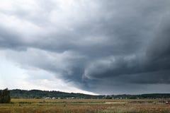 Gebied en regenachtige wolken Royalty-vrije Stock Afbeeldingen