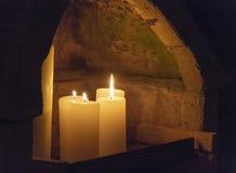 Gebied met het branden van kaarsen stock fotografie
