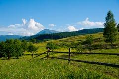 Gebied met hooiberg op bergen Royalty-vrije Stock Foto's