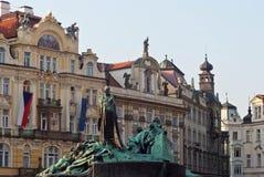 Gebied met mooie huizen en een monument Praag, Tsjechische Republi royalty-vrije stock afbeelding