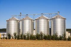 Gebied in oogst met silo royalty-vrije stock foto