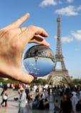 Gebied op de hand en de Toren van Eiffel in Parijs stock foto