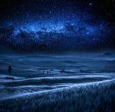Gebied in Toscanië bij nacht met melkachtige manier, Toscanië, Italië Royalty-vrije Stock Afbeeldingen