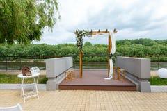 Gebied van de huwelijksceremonie dichtbij rivier op de pijler Houten rect Royalty-vrije Stock Afbeeldingen