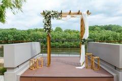 Gebied van de huwelijksceremonie dichtbij rivier op de pijler Houten rect Stock Fotografie