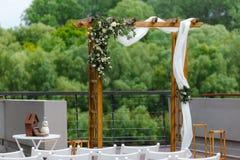 Gebied van de huwelijksceremonie dichtbij rivier op de pijler Houten rect Stock Afbeeldingen