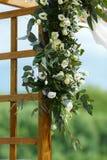 Gebied van de huwelijksceremonie dichtbij rivier op de pijler Houten rect Royalty-vrije Stock Foto